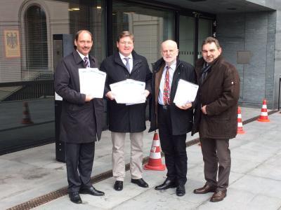 �bergabe der 12.000 Unterschriften zum Erhalt der Schwebef�hre in Berlin